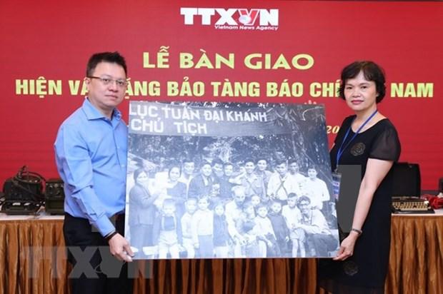 VNA entrega objetos y fotos originales al Museo de la Prensa de Vietnam hinh anh 1