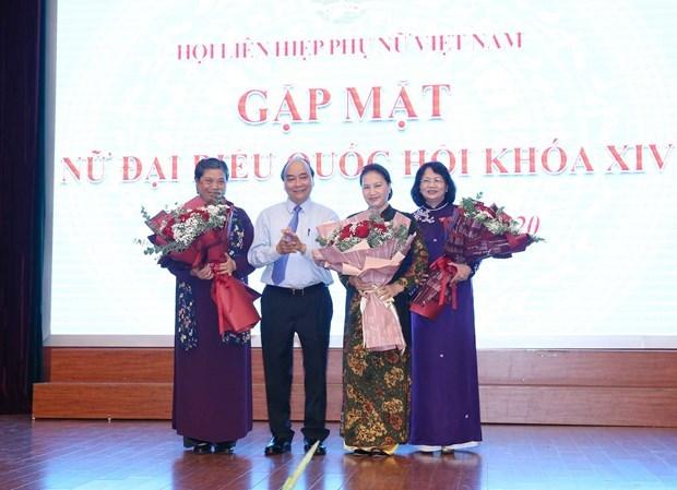 Premier y maxima legisladora de Vietnam se reunen con mujeres diputadas hinh anh 1