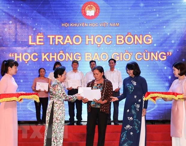 Entregan en Vietnam becas a 144 personas destacadas hinh anh 1