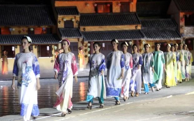 Destacan en Festival Ao Dai de Hoi An valores culturales de Vietnam hinh anh 2