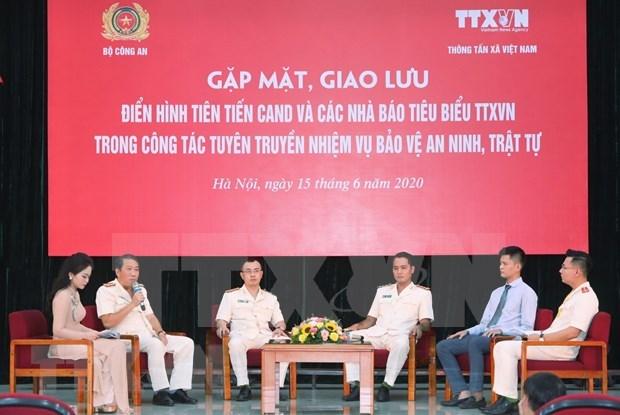 Efectuan intercambio entre representantes destacados de policia popular y VNA hinh anh 1