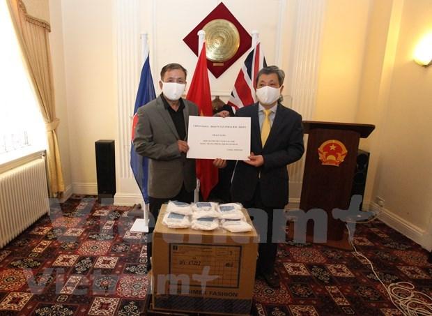 Entregan miles de mascarillas antibacterianas a vietnamitas residentes en el Reino Unido hinh anh 1