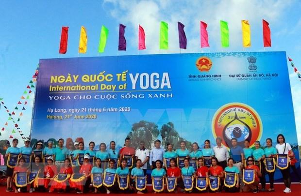 Celebran en provincia vietnamita de Quang Ninh Dia Internacional del Yoga hinh anh 1