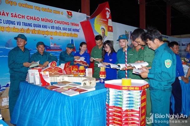 Ofrecen regalos a pescadores vietnamitas de menos recursos hinh anh 1