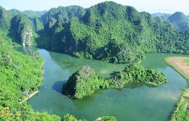 Experimentan vista panoramica de complejo paisajistico de Trang An en helicoptero hinh anh 1