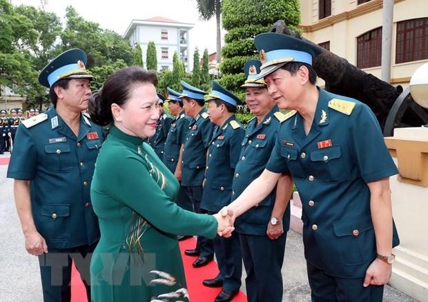 Maxima legisladora vietnamita visita las fuerzas aerea y antiaerea hinh anh 1