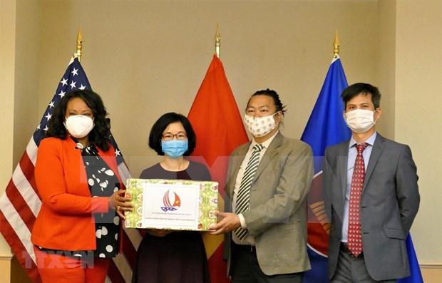 Embajada de Vietnam entrega mascarillas para apoyar a Washington en lucha contra el COVID-19 hinh anh 1