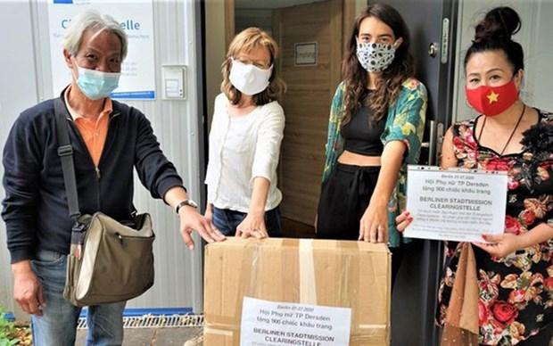 Donan mujeres vietnamitas mascarillas a organizaciones humanitarias en Alemania hinh anh 1