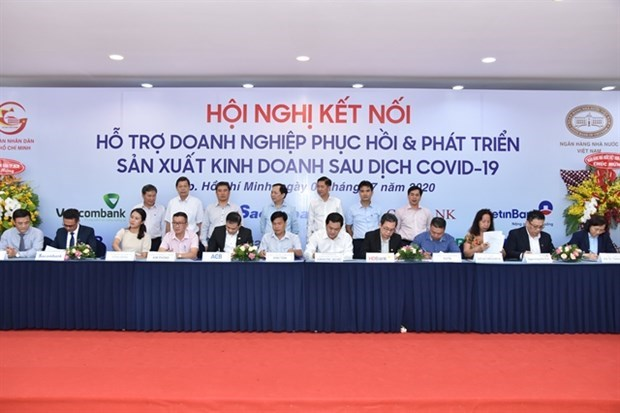 Bancos vietnamitas apoyan a la comunidad empresarial nacional para superar dificultades hinh anh 1
