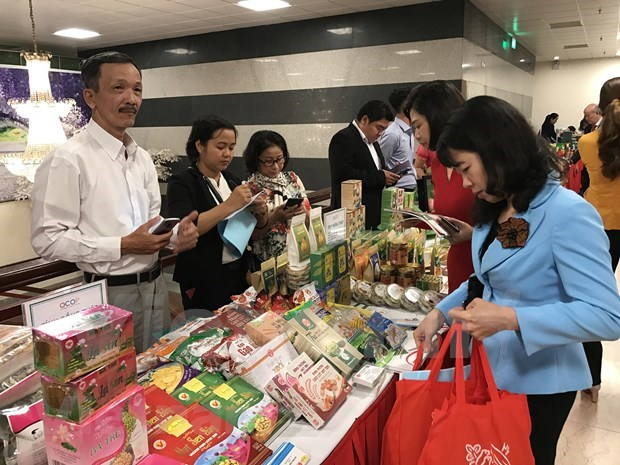 Casi 76 por ciento de los consumidores vietnamitas prefieren productos nacionales hinh anh 1