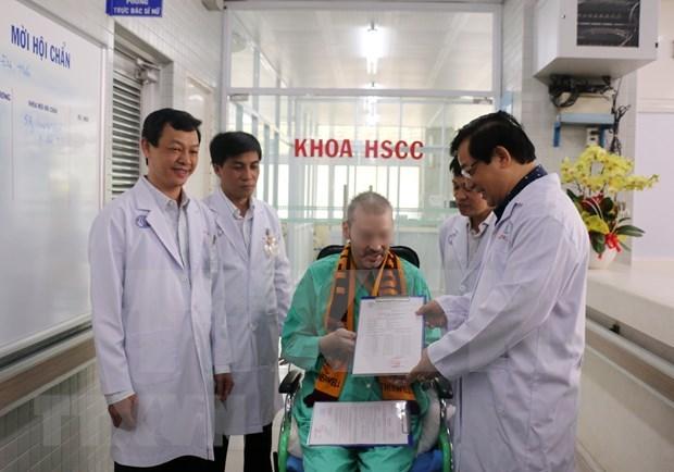 Paciente britanico con COVID-19 recibe alta medica despues de tres meses tratado en Vietnam hinh anh 1