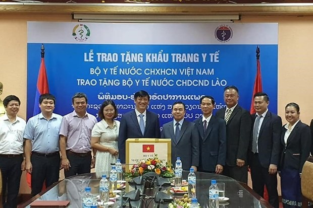 Ministerio de Salud de Vietnam dona mascarillas faciales a Laos hinh anh 1