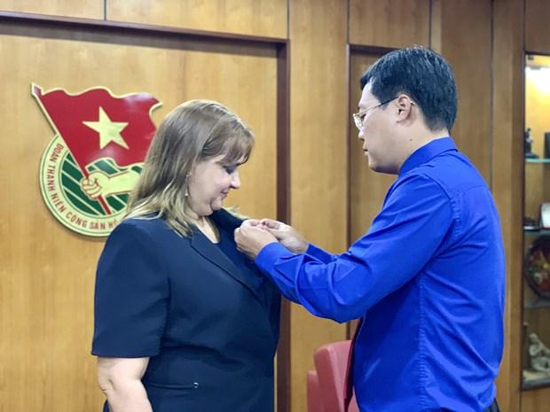 Vietnam otorga a diplomatica cubana sello conmemorativo 'Por las generaciones juveniles' hinh anh 1