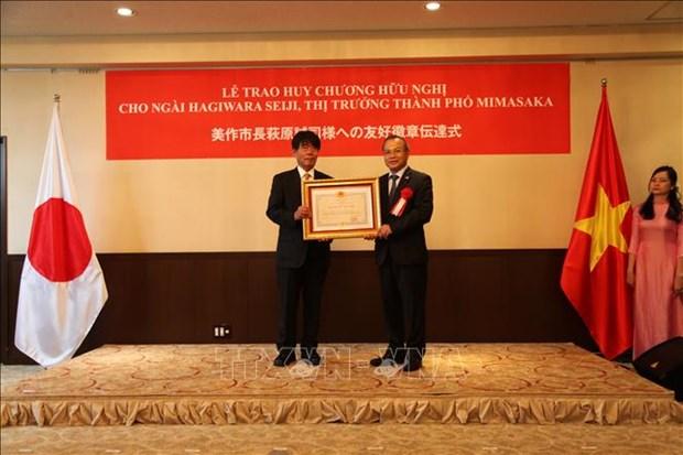 Gobernador japones honrado con Medalla de Amistad de Vietnam hinh anh 1
