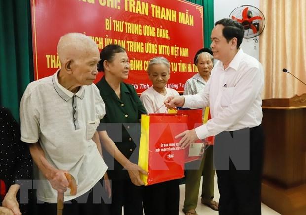 Entregan en Vietnam obsequios a familias beneficiadas de politicas sociales hinh anh 1