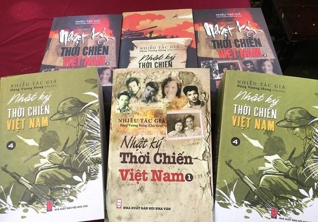 """Efectuan encuentro con autores de coleccion de libros """"Diario de tiempos de guerra en Vietnam"""" hinh anh 1"""