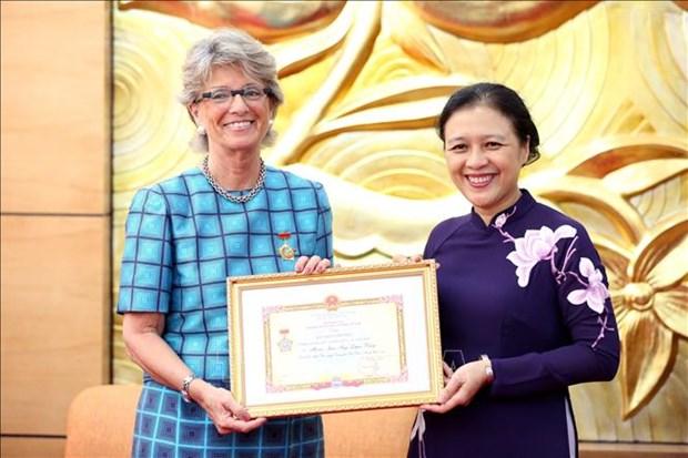 """Entregan medalla """"Por la paz y amistad entre los dos pueblos"""" a la embajadora de Espana en Vietnam hinh anh 1"""