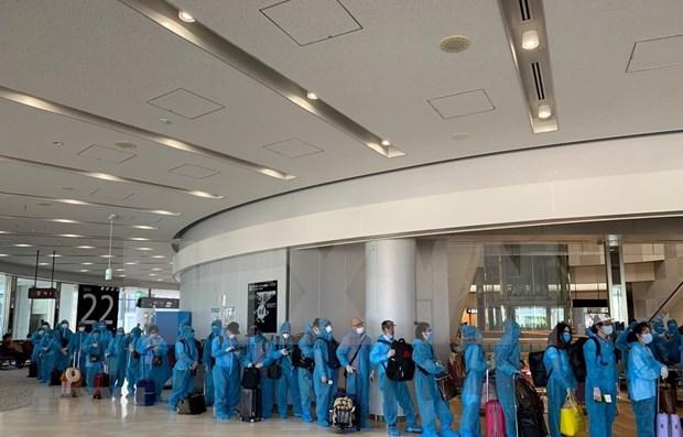 Regresan a casa mas de 190 ciudadanos vietnamitas varados en Japon por COVID- 19 hinh anh 1