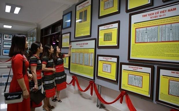 Efectuan exposicion de fotos sobre ASEAN y soberania vietnamita en mar e islas hinh anh 1