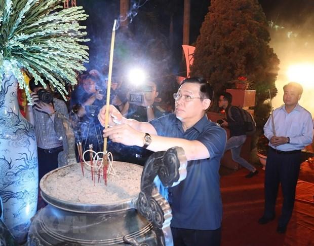Autoridades de Hanoi rinden homenaje a heroes y martires hinh anh 1