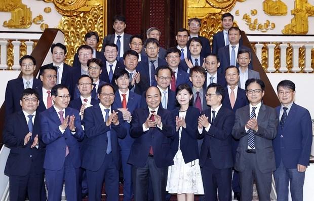 Primer ministro de Vietnam promete mejores condiciones para inversores extranjeros hinh anh 1