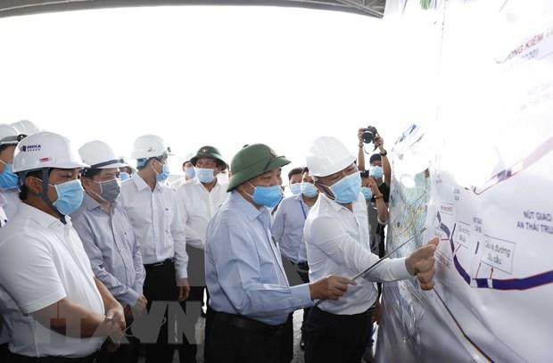 Premier vietnamita inspecciona construccion de autopista Trung Luong-My Thuan hinh anh 1