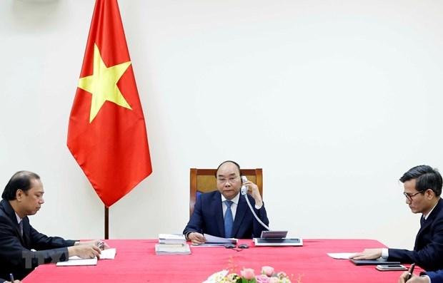 Premier de Vietnam mantiene conversacion telefonica con su homologo japones hinh anh 1