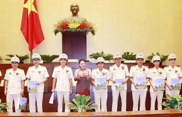 Presidenta del Parlamento vietnamita se reune con figuras ejemplares de la fuerza policial hinh anh 1