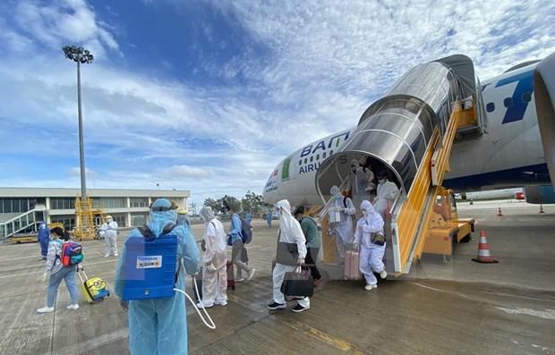 Repatrian a 260 ciudadanos vietnamitas varados en Emiratos Arabes Unidos hinh anh 1