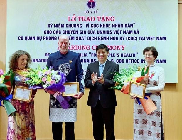 Vietnam entrega medalla conmemorativa a especialistas extranjeros con destacados aportes a la salud hinh anh 1