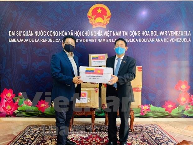 Embajada de Vietnam entrega donacion a cancilleria venezolana hinh anh 1