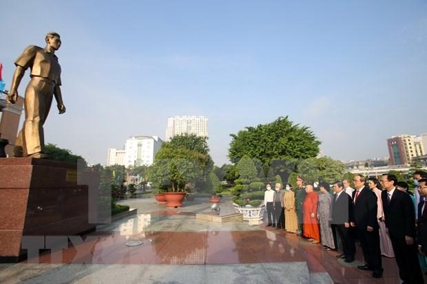 Lideres de Ciudad Ho Chi Minh rinden tributo a expresidentes hinh anh 1