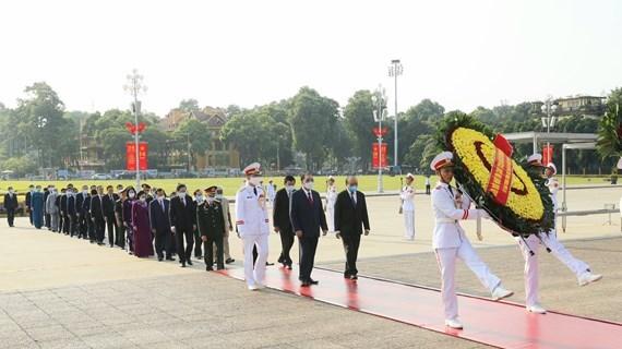 Dirigentes vietnamitas rinden homenaje al Presidente Ho Chi Minh hinh anh 1