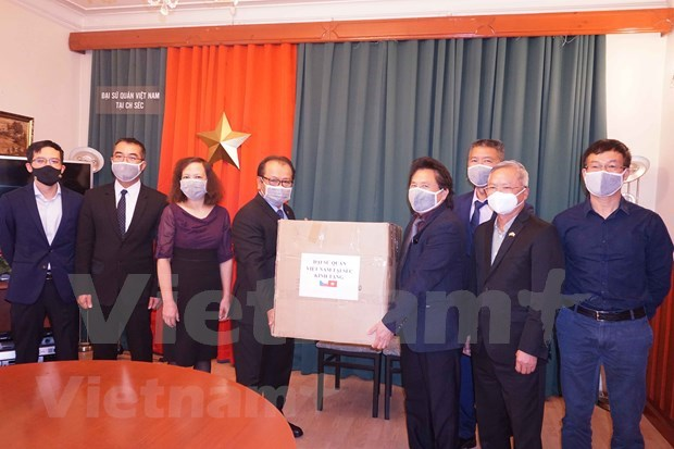 Apoyan a connacionales vietnamitas en Republica Checa en el combate contra COVID-19 hinh anh 1