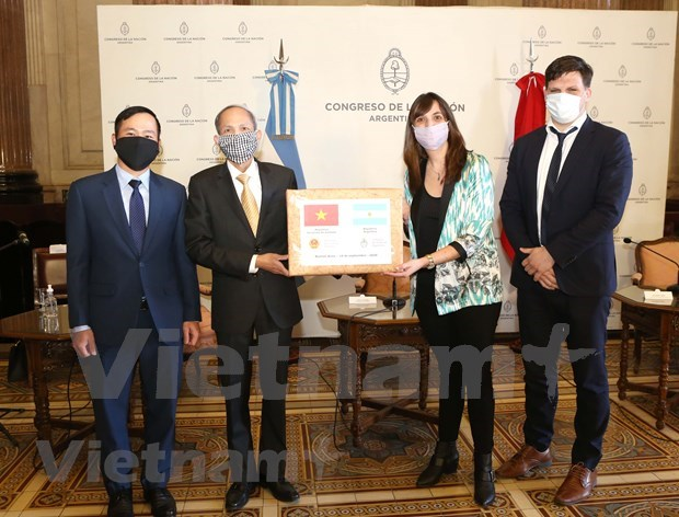Entregan donacion vietnamita de mascarillas al Congreso argentino hinh anh 1