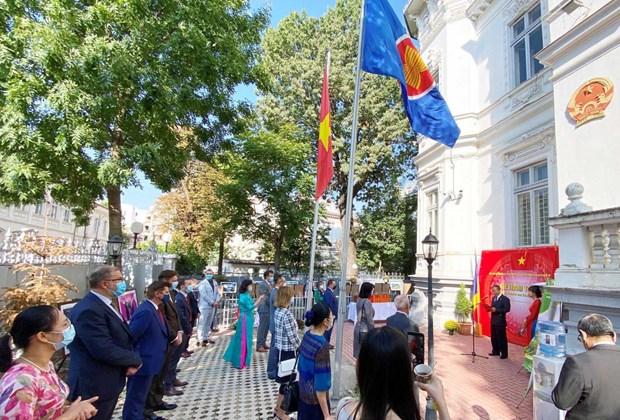 Organizan exposicion fotografica en Rumania por aniversario 75 del Dia Nacional de Vietnam hinh anh 1