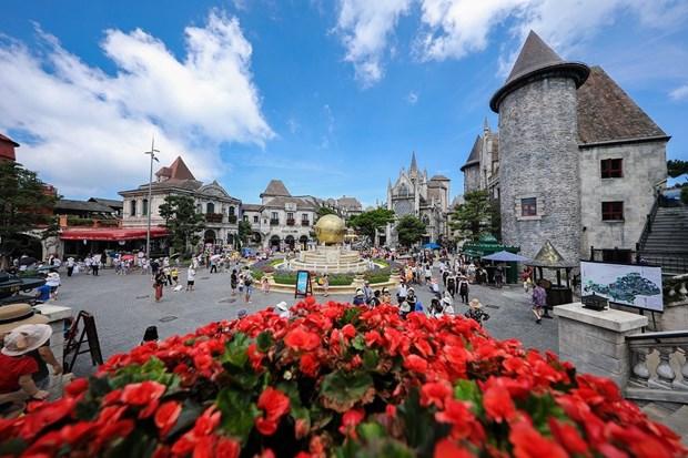 Sun World Ba Na Hill, mayor centro turistico de Da Nang, se tine de rojo en su dia de reapertura hinh anh 1