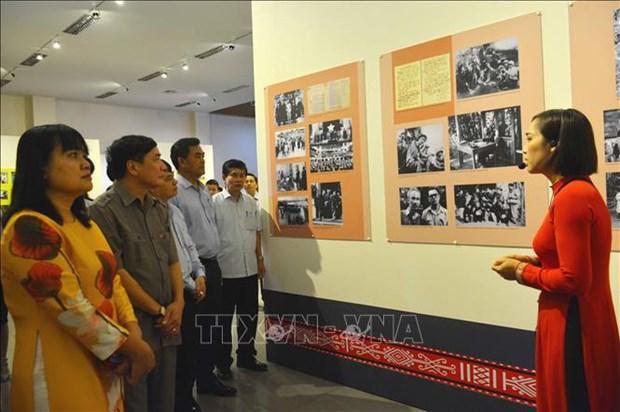Exhiben en Dak Lak fotografias sobre la vida y trayectoria revolucionaria del Presidente Ho Chi Minh hinh anh 1