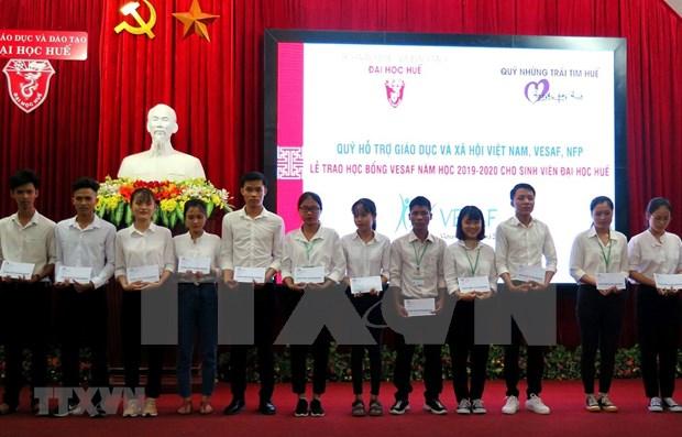 Mas de 200 estudiantes de Thua Thien-Hue reciben becas de Vallet hinh anh 1