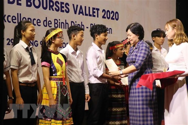 Estudiantes y maestros vietnamitas se benefician de becas Vallet hinh anh 1