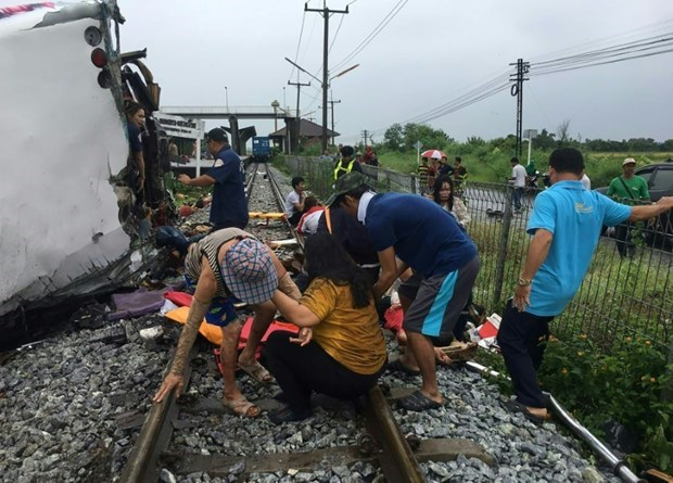 Al menos 17 muertos en colision de tren y autobus en Tailandia hinh anh 1