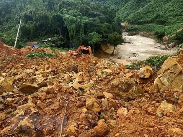 Recuperan cuerpos de 13 miembros de equipo de rescate tras deslizamientos de tierra en Vietnam hinh anh 1