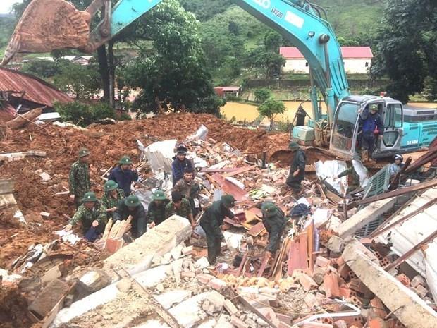 Primer ministro de Vietnam exige mayores esfuerzos para superar consecuencias de deslaves de tierra hinh anh 1
