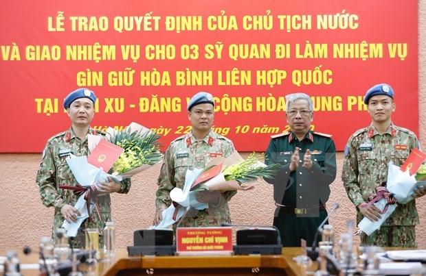 Vietnam envia otros tres oficiales a mision de Mantenimiento de Paz de la ONU hinh anh 1