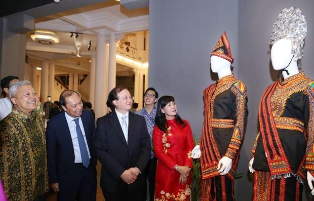 Paises de la ASEAN presentan trajes tradicionales en Hanoi hinh anh 1