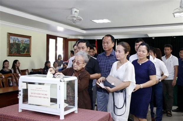 Vietnamitas en Laos recaudan fondos para ayudar a poblacion afectada por desastres hinh anh 1
