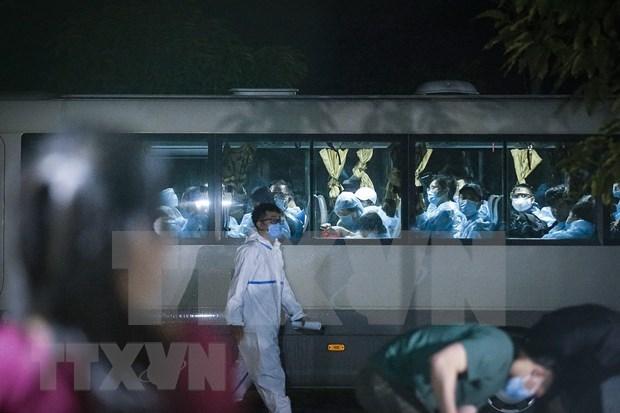 Regresan a tierra natal 240 ciudadanos vietnamitas desde Singapur hinh anh 1