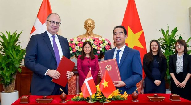 Vietnam y Dinamarca firman Acuerdo sobre asuntos laborales de familiares de miembros de diplomaticos hinh anh 1