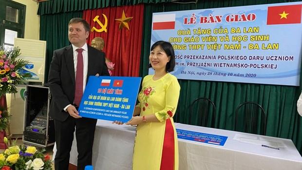 Embajada de Polonia entrega computadoras a una escuela en Hanoi hinh anh 1