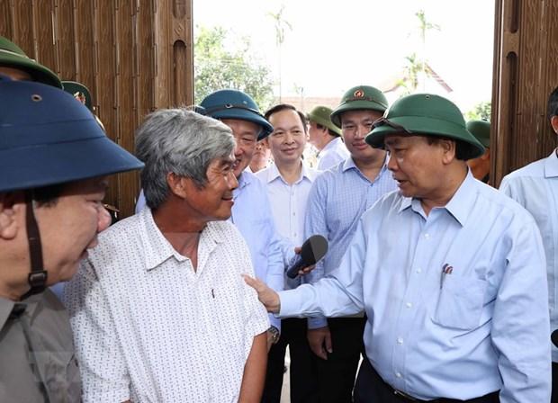 Primer ministro vietnamita visita zonas afectadas por tormenta Molave hinh anh 1